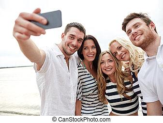 glücklich, friends, auf, sandstrand, und, nehmen, selfie