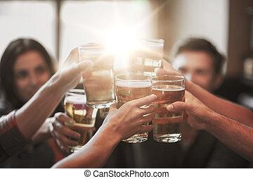 glücklich, friends, biertrinker, an, bar, oder, kneipe