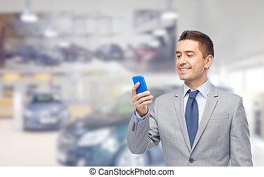glücklich, geschäftsmann, texting, auf, smartphone