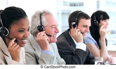 glücklich, geschäftsmenschen, arbeitende , mit, kopfhörer