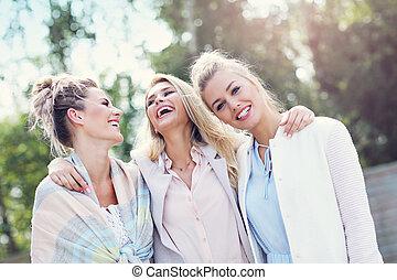 glücklich, gruppe freunde, draußen, in, herbst, jahreszeit