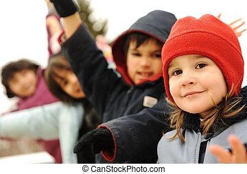 glücklich, gruppe kinder, draußen, überwintern kleidung