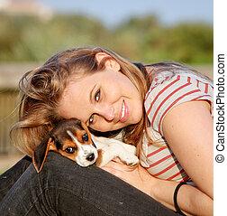 glücklich, jugendlich, junge frau, mit, sie, haustier, junger hund, hund