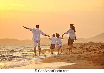 glücklich, junge familie, haben spaß, auf, sandstrand, an,...