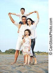 glücklich, junge familie, haben spaß, auf, sandstrand