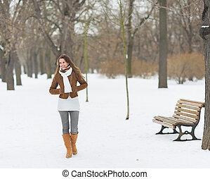 glücklich, junge frau, gehen, in, winter, park