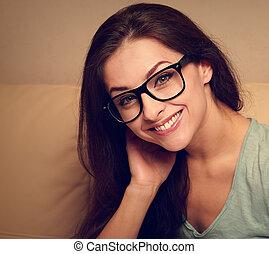 glücklich, junge frau, in, brille, lächeln., closeup, weinlese, porträt