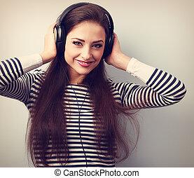glücklich, junge frau, in, kopfhörer, zuhören, der, music., weinlese, closeup, porträt