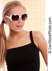 glücklich, junge frau, in, sonnenbrille