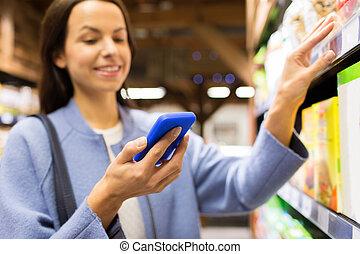 glücklich, junge frau, mit, smartphone, in, markt
