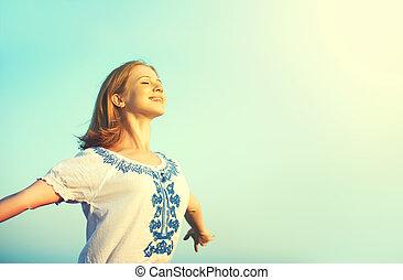 glücklich, junge frau, rgeöffnete, sie, arme, zu, der, himmelsgewölbe