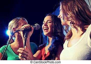 glücklich, junge frauen, singende, karaoke, in, nachtclub