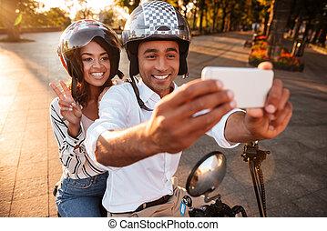 glücklich, junger, afrikanisch, paar, sitzen, auf, modern, motorrad, draußen