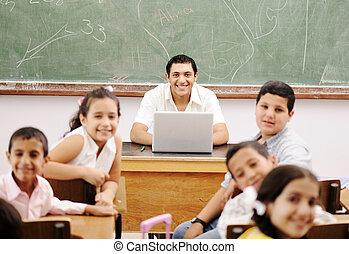 glücklich, junger, lehrer, und, kinder, in, klassenzimmer, zusammen