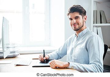 glücklich, junger mann, entwerfer, gebrauchend, graphische tablette, an, arbeitsplatz