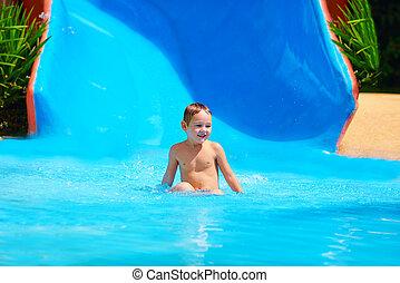 glücklich, kind, junge, schieben, in, tropisches wasser, park