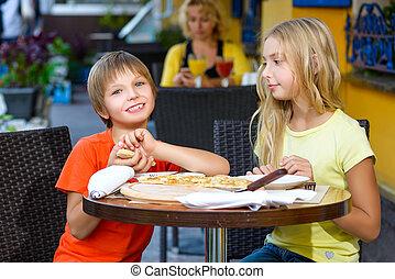 glücklich, kinder, innen, essen pizza, lächeln
