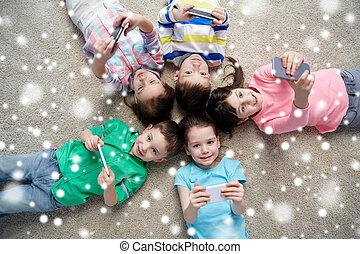 glücklich, kinder, mit, smartphones, liegen boden