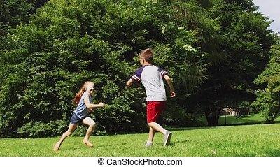 glücklich, kinder, rennender , und, spielen umbaus, spiel,...