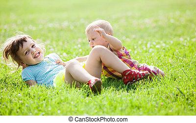 glücklich, kinder, spielen, in, gras