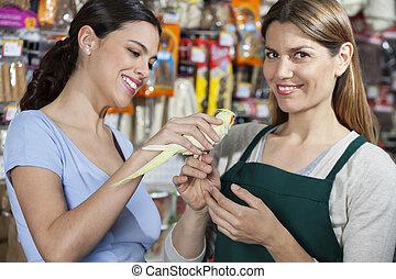 glücklich, kunde, und, verkäuferin, mit, cockatiel, in, kaufmannsladen