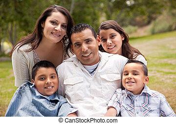 glücklich, lateinamerikanische familie, park