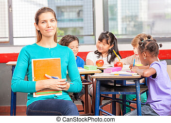 glücklich, lehrer, in, elementar, klassenzimmer