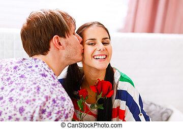 glücklich, m�dchen, bekommen, rose, als, geschenk, von, sie, freund