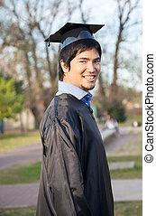glücklich, mann, in, staffelung- kleid, auf, universitätscampus