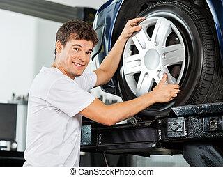 glücklich, mechaniker, reparieren, radkappe, zu, auto,...