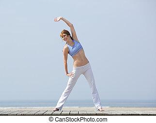 glücklich, mittelalt, frau, trainieren, an, sandstrand
