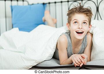 taschenlampe junge seine junger bett traurige unter liegen junge seine zimmer. Black Bedroom Furniture Sets. Home Design Ideas