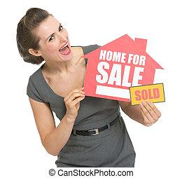 glücklich, real estate, eigentümer, mit, daheim, verkauf, verkauften zeichen