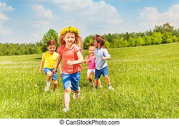 glücklich, rennender , kinder, in, grünes feld, während, sommer