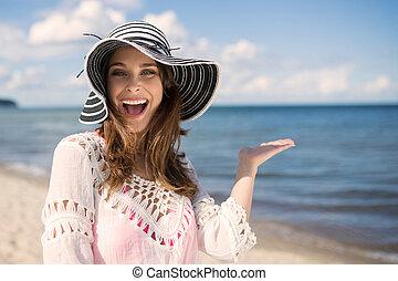 glücklich, schöne frau, in, hut, auf, sandstrand