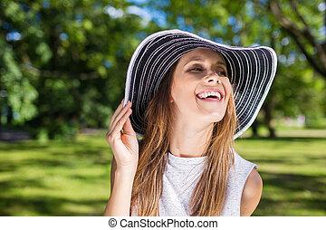 glücklich, schöne frau, in, stilvoll, hut, draußen, lachender