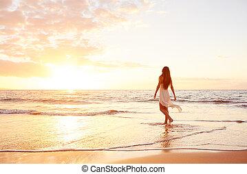 glücklich, sorgenfrei, frau, strand, an, sonnenuntergang