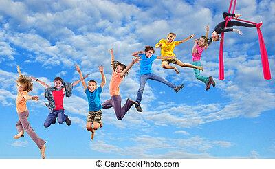 glücklich, springende , himmelsgewölbe, kinder, tanzen