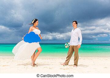 glücklich, stallknecht, und, braut, spaß haben, auf, der, sandig, tropische , strand., wedding, und, flitterwochen, concept.