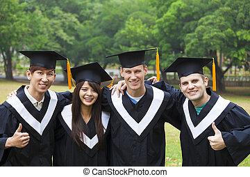 glücklich, studenten, in, gradierungskleider, auf, universitätscampus