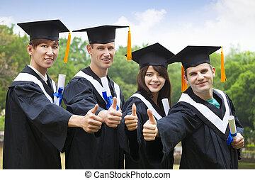 glücklich, studenten, in, gradierungskleider, ausstellung, diplome, mit, daumen