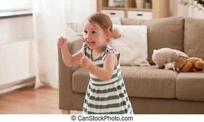 glücklich, töchterchen, springende , und, spaß haben, hause