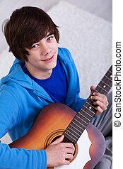 glücklich, teenager, mit, gitarre