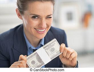 glücklich, unternehmerin, geld, satz, und, blinzelnd