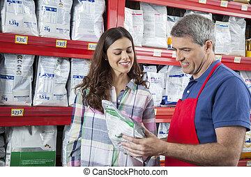 glücklich, verkäufer, assistieren, kunde, in, kaufen, hätscheln speise