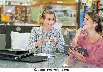 glücklich, verkäufer, assistieren, kunde, in, wählen, hätscheln speise