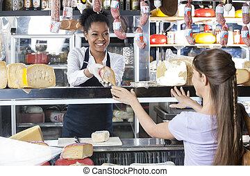 glücklich, verkäuferin, verkauf, kã¤se, zu, weibliche , kunde