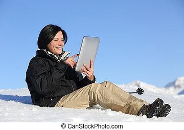 glücklich, wanderer, frau, brausen, a, tablette, auf, der, schnee