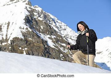 glücklich, wanderer, frau, trecken, auf, der, schnee, in, der, berg