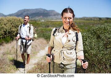glücklich, wandern ehepaar, gehen, auf, land, spur